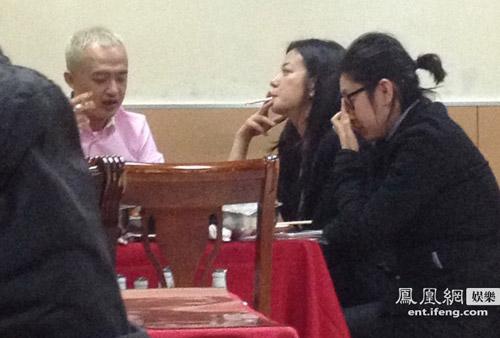Paparazzi cảnh Triệu Vy đi sinh nhật cùng bạn bè-5