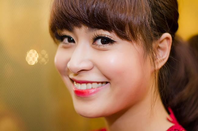 Xuất hiện trong một sự kiện tại Hà Nội chiều 13/3, nữ ca sĩ khiến nhiều người chú ý bởi nhan sắc kiều diễm, bắt mắt.