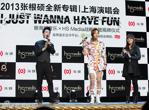 Jang Geun Suk mặc quần rách tả tơi - 4