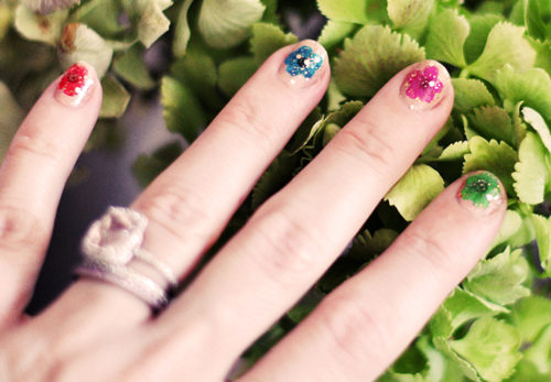 2 mẫu nail hoa rực rỡ đón cuối tuần-7