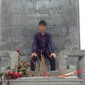 Tin tức - Phẫn nộ nam sinh ngồi lên tượng đài Vua Lý Thái Tổ