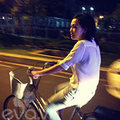 Làng sao - Bắt gặp Phương Thanh đạp xe đi dạo đêm