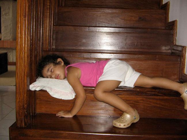 Bé nằm ngủ rất thoải mái với tư thế này hẳn là đang mơ được hóa thân thành nàng Công chúa xinh đẹp cưỡi bạch mã cùng Hoàng tử đây!