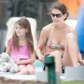 Làng sao - Suri tươi rói đi nghỉ cùng mẹ Katie