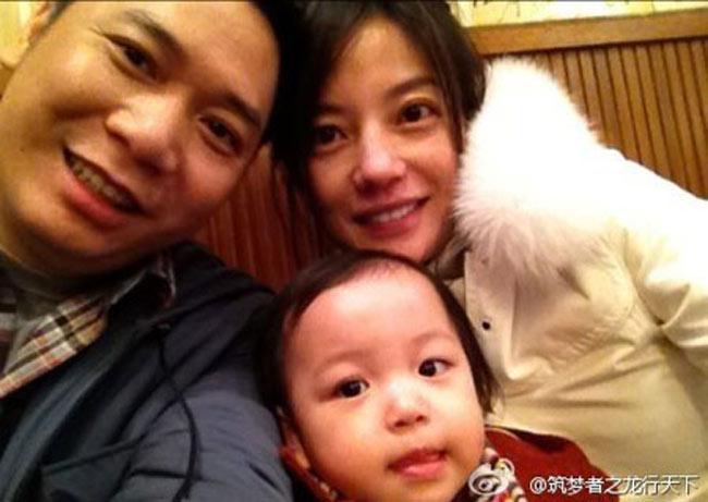 """Trong những ngày đầu năm mới 2014, cácfancủa nàng """"Tiểu Yến Tử"""" Triệu Vy vô cùng sung sướng khi những loạt ảnh mới của bé Tiểu Tân - cô con gái đáng yêu của Triệu Vy và doanh nhân Huỳnh Hữu Long được tiết lộ."""