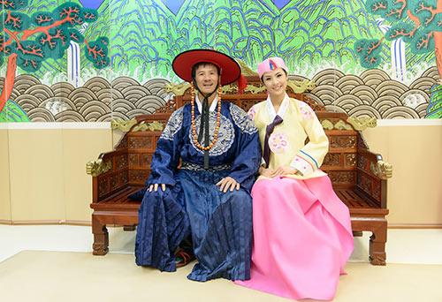 ngoc han va bo me xung xinh hanbok - 1