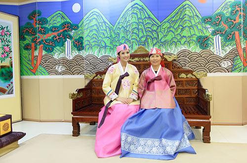 ngoc han va bo me xung xinh hanbok - 2