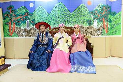ngoc han va bo me xung xinh hanbok - 3