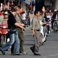 Eva tám - Người già sợ nhất là sang đường ở Hà Nội