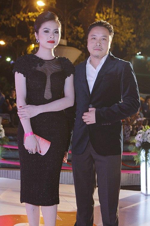 ban trai tay au yem lan phuong tren tham do - 12