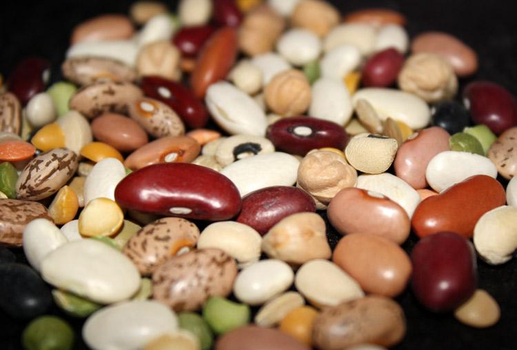 Đậu  Đậu là nguồn thực phẩm tốt cho mẹ và bé vì nó chứa các thành phần dinh dưỡng được tìm thấy trong các sản phẩm từ động vật. Đậu cũng rất giàu kẽm – một khoáng chất cần thiết giúp giảm nguy cơ sinh non, sinh nhẹ cân hoặc kéo dài việc chuyển dạ. Các thực phẩm chứa nhiều kẽm khác là thịt gà, sữa, ngũ cốc, hạt điều, đậu Hà Lan, cua và sò.