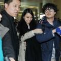Làng sao - Vợ Vương Lực Hoành khoe mặt mộc tại sân bay