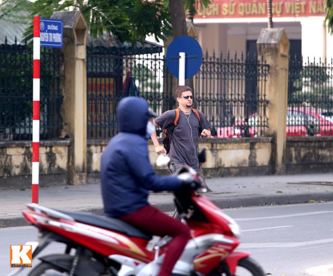 Người nước ngoài mỗi lần sang đường ở Hà Nội luôn cảm thấy hoảng sợ khi đối mặt với các phương tiện giao thông phóng vèo vèo trên phố.