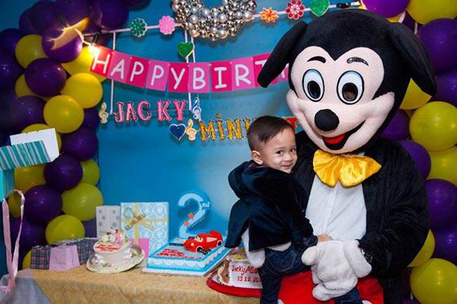 Cậu béJacky Minh Trí- con trai nuôi của Thanh Thảo vừađược mẹ tổ chức một buổi tiệc sinh nhật ấm cúng tròn 2 tuổi vào ngày 19/12. Dù là con của Thụy Anh nhưng Thanh Thảo luôn coi cậu bé như con đẻ của mình và dành rất nhiều tình cảm yêu thương.