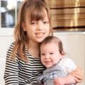 Bà bầu - Kỳ lạ: Chị em sinh đôi cách nhau 8 tuổi