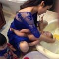 Làng sao - Ốc Thanh Vân thảnh thơi tắm cho con gái yêu