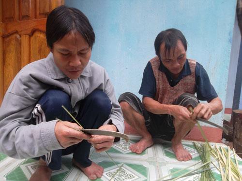 cha con nguoi rung goi banh chung don tet - 2