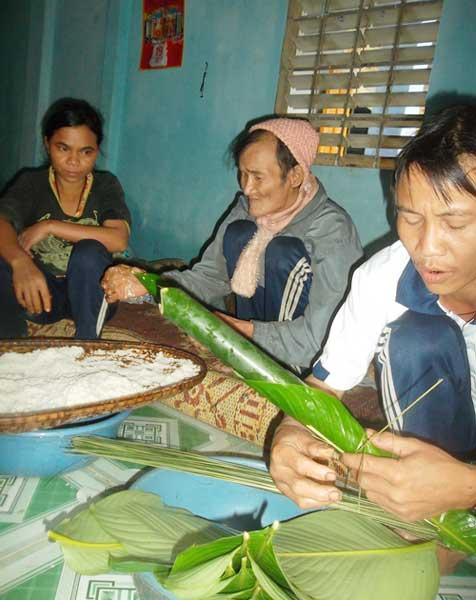 cha con nguoi rung goi banh chung don tet - 4