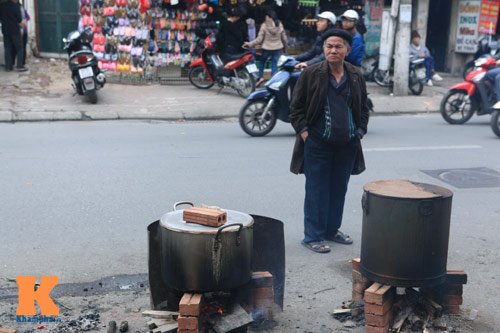 chum anh: nguoi ha noi nau banh chung o via he - 15