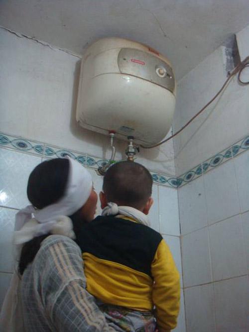 Hai bố con chết tức tưởi vì hở điện bình nóng lạnh - 1