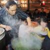 Chùm ảnh: Người Hà Nội nấu bánh chưng ở vỉa hè