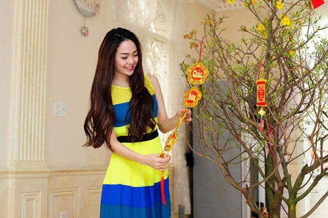 """Ngay giữa phòng khách, Minh Hằng trưng cây mai lớn để tạo không gian rực rỡ cho ngôi nhà. Minh Hằng cho biết, dù bận như thế nào, hàng năm cô và em trai vẫn dành thời gian mua hoa về để trang hoàng nhà cửa. Đây là thú vui của hai chị em mỗi dịp Tết đến xuân về.  Bài liên quan:  """"Nàng Dae Jang Geum"""" khoe nhà riêng bí mật  Biệt thự mới ở Thanh Hóa của Trọng Tấn  Ngắm 2 ngôi nhà bạc tỷ của Uyên Thảo  Soi sâu ngó kỹ tổ ấm của Duy Mạnh  Soo Young (SNSD) làm hàng xóm Lee Min Ho"""