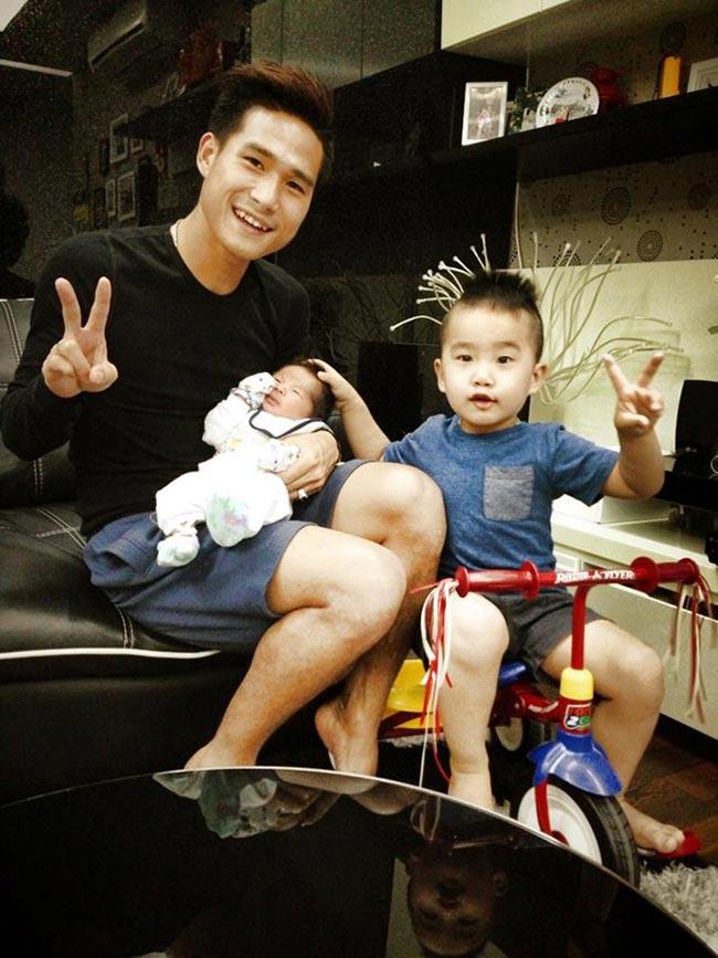 Hậu vệ Quốc Long của Hà Nội T&T dù còn khá trẻ nhưng đã có hai con, một trai, một gái. Ông bố trẻ không khỏi hãnh diện với hai 'bàn thắng' tuyệt vời của mình.
