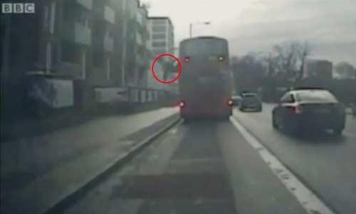 video: nem nguoi ra khoi xe buyt dang chay - 1