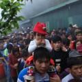 Tin tức - Trẻ em vất vả theo người lớn đi lễ hội Yên Tử