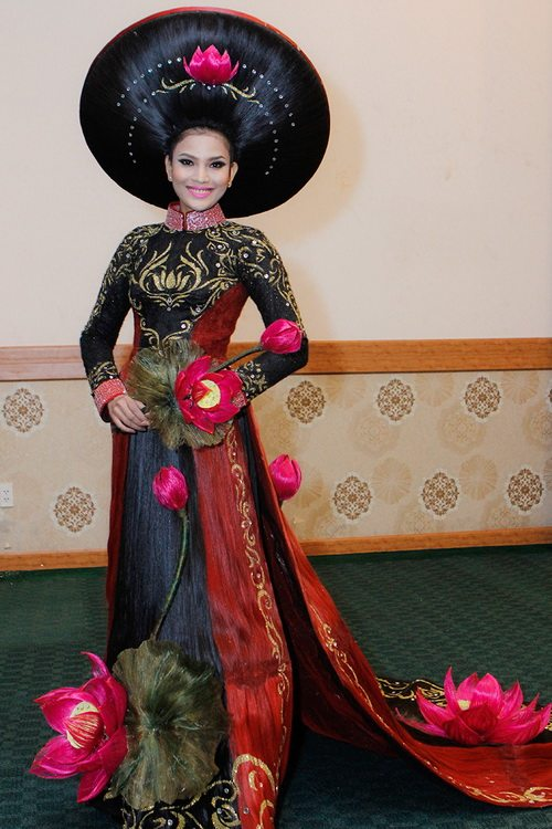 truong thi may mac ao dai bang toc 200 trieu - 1