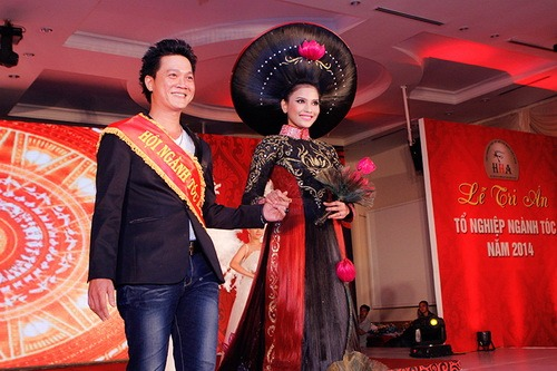 truong thi may mac ao dai bang toc 200 trieu - 13