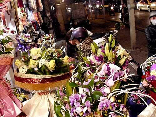 valentine: gia hoa tuoi thay doi tung gio - 1