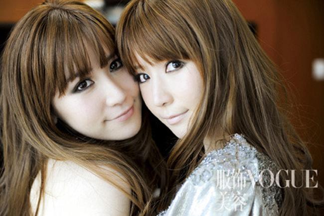 Hai cô gái sinh đôi sinh năm 1983 đến từ Trùng Khánh thu hút đến30% tổng sốdân Trung Quốc sử dụng mạng xã hội vì nét xinh đẹp,sành điệu vàphong cách.