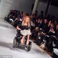 """Thời trang - Mẫu khuyết tật bất ngờ """"lên sóng"""" sàn catwalk"""