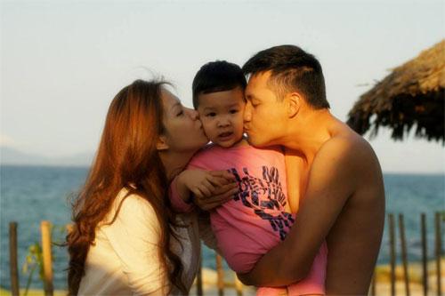 mc dan le hanh phuc ben chong va con trai - 13