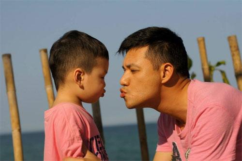 mc dan le hanh phuc ben chong va con trai - 10