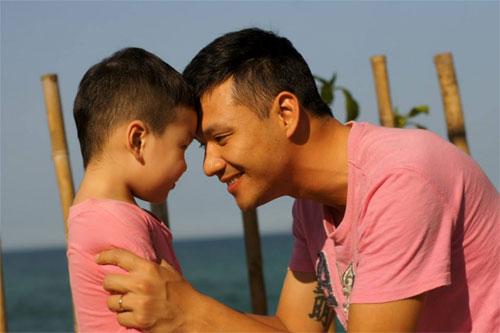 mc dan le hanh phuc ben chong va con trai - 11