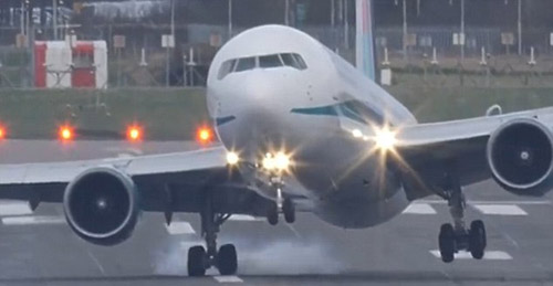 Thót tim cảnh Boeing 767 hạ cánh như trực thăng-4