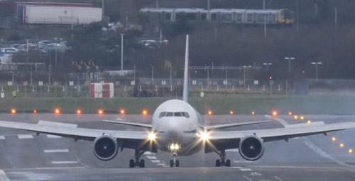 Thót tim cảnh Boeing 767 hạ cánh như trực thăng-6