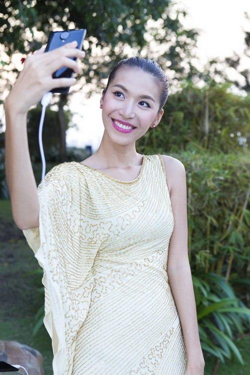Siêu mẫu Khánh Ngọc sexy với váy xẻ sâu-15