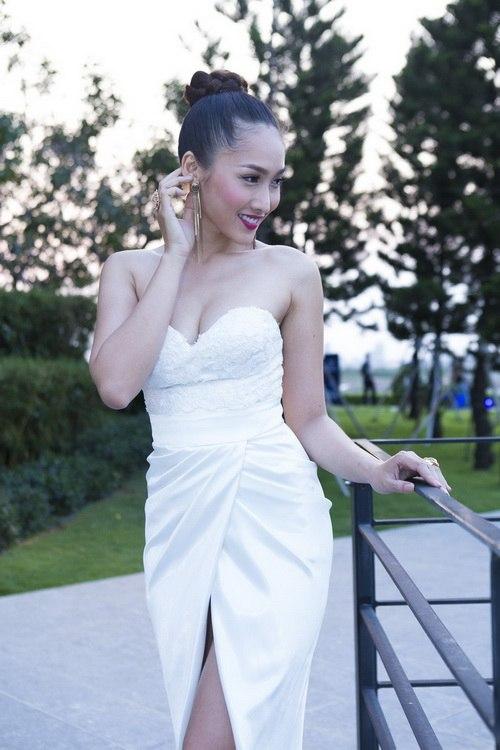 Siêu mẫu Khánh Ngọc sexy với váy xẻ sâu-2