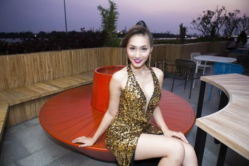 Siêu mẫu Khánh Ngọc sexy với váy xẻ sâu-6