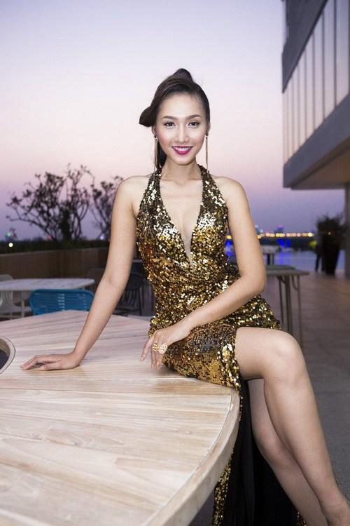 Siêu mẫu Khánh Ngọc sexy với váy xẻ sâu-7