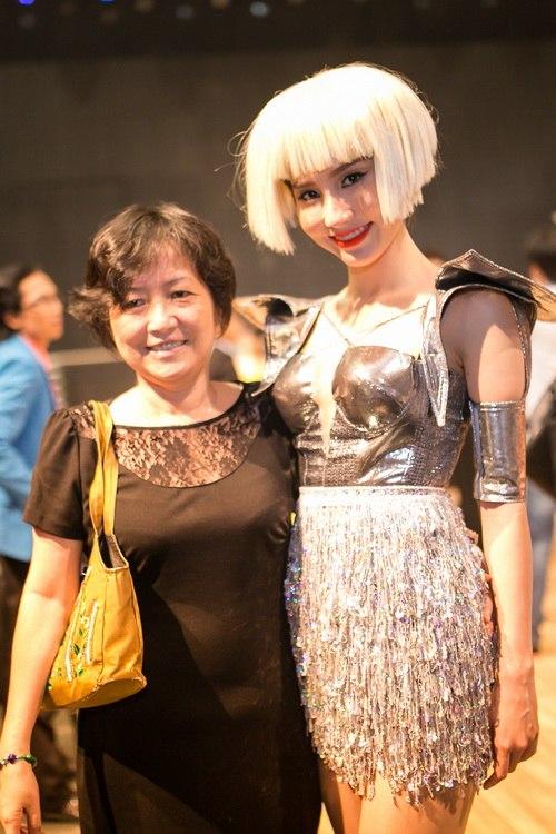 Danh hài Chí Tài choàng vai mẹ Diễm My 9X-14