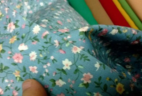 Dạo chợ Hôm: Muôn vải đẹp may váy midi - 1