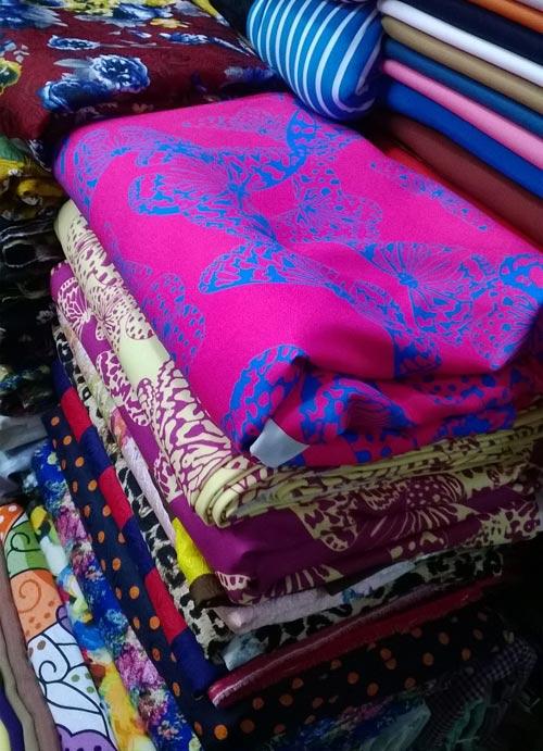 Dạo chợ Hôm: Muôn vải đẹp may váy midi - 7