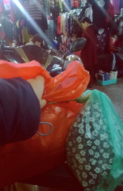 Dạo chợ Hôm: Muôn vải đẹp may váy midi - 9