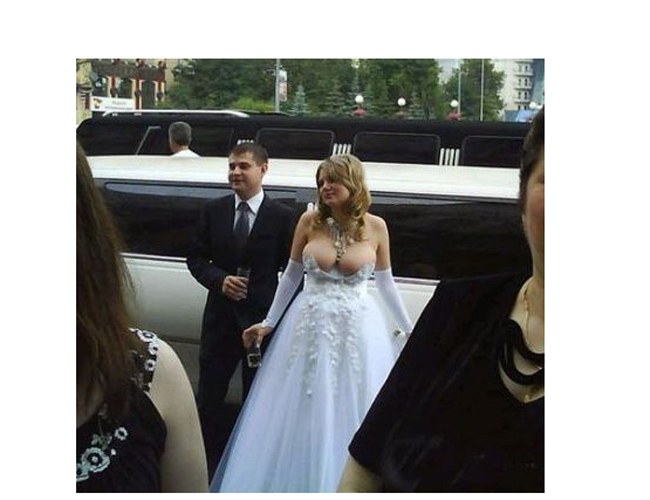 Cô dâu Jessica người Úc đã hết sức ngượng ngùng khi vòng 1 lớn đến nỗiáo cưới không thể kéo cao, cô gần như lộ trọn bầu ngực của mình trước mặt quan khách.