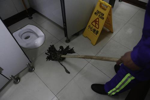 trung quoc: me de roi con trong toilet - 4