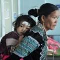 Tin tức - Mẹ bám vào thành cầu, con gái 2 tuổi rơi xuống suối